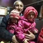 Кристина и Алина на руках у дедушки