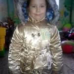 Эта девочка очень боялась остаться в детской, а когда мама принесла новую курточку сразу расцвела и начала примерять!