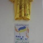 Этот плакатик дети сами придумали и сами нарисовали, вот! Мы его повесили рядом с юнисефовской футболкой