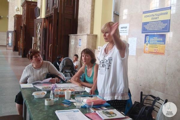 На железнодорожном вокзале Харькова волонтеры работают круглосуточно (фото автора)
