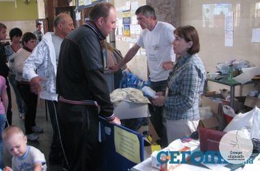 Пункт помощи переселенцам из зоны АТО в холле Южного ж/д вокзала в Харькове. Фото: М. Иванов