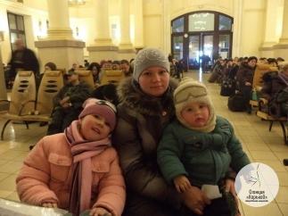 Переселенцы по несколько дней ночуют на вокзале в ожидании помощи. Фото: социальные сети