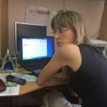 Волонтер Алиса Веневцева за работой